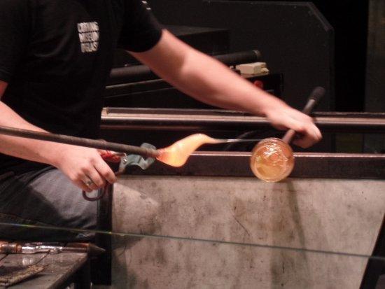 คอร์นนิง, นิวยอร์ก: Showing how the glass is made.