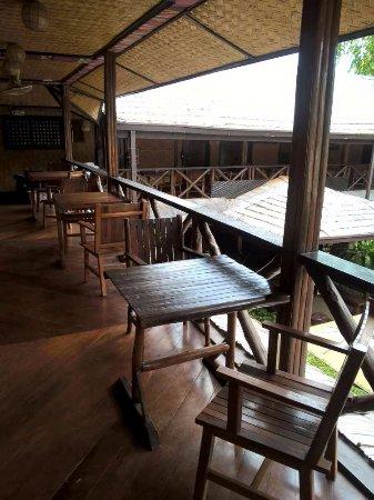 Puerto Pension Inn: Mobilier devant chaque chambre sur le balcon
