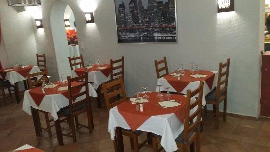 Roquevaire, France : Une des salle du resto