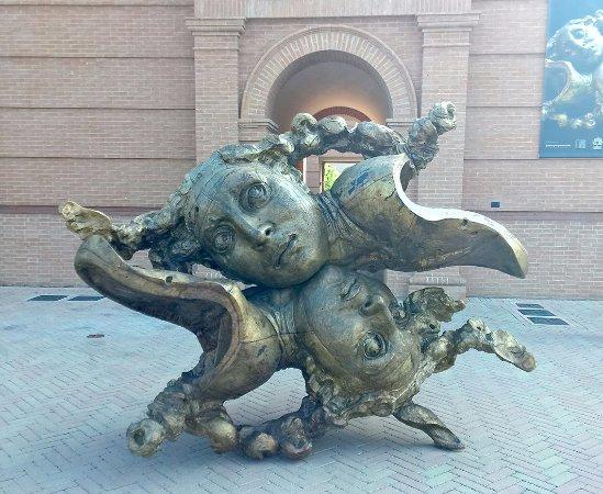 Fontanellato, Italia: L'entrata della struttura: si sa già che l'arte domina come argomento