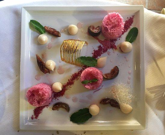 Deruta, Italia: Dolce: Micro pan di Spagna al lampone con crema di riso profumata alle fave di Tonka e rabarbaro