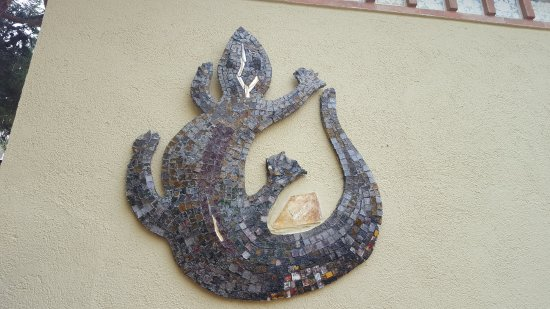 Parish Church of Sant Roma : Ящерица на стене дворика