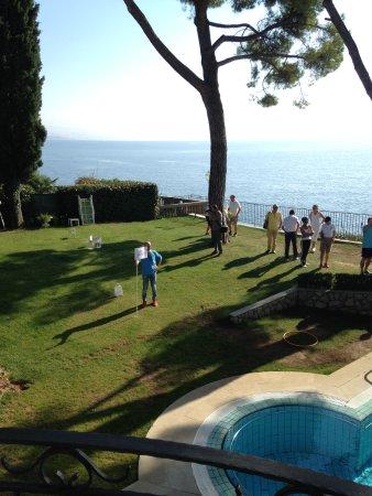 """Hotel Miramar: Das erste """"Miramar-Golf-Open"""" im Hotelgarten mit Loch 5 über den Salzwasser-Pool."""
