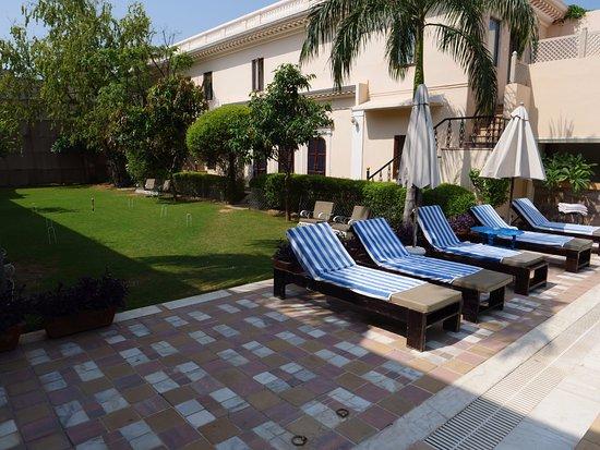 Royal Heritage Haveli: Pool and garden
