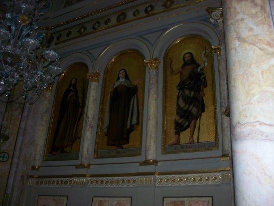 Santuario della Madre della Divina Grazia : interno
