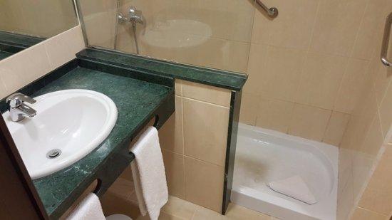 Hotel El Tope : Lavabo y amplio plato de ducha