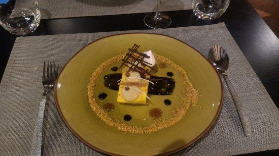 Cellettes, Francia: Entremet mangue/chocolat blond Dulcey/sésame blanc