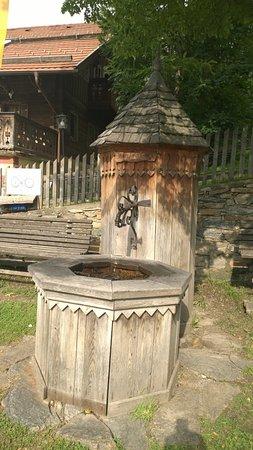 Mauterndorf, Austria: Dyckesbrunn utanför burgen