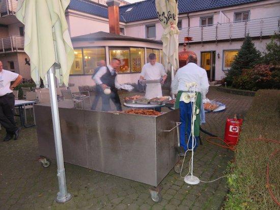 Wunstorf, Alemania: Grillen am Abend im Garten des Hotels