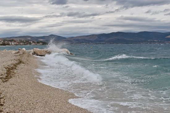Slatine, Croazia: The beach, about 20 meters from the room