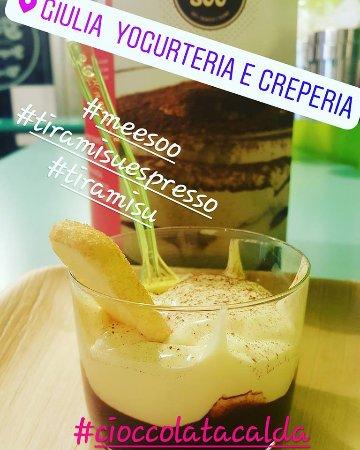 Galliate, Italië: tiramisù espresso meesoo accompagnato con ciccolata calda sul fondo