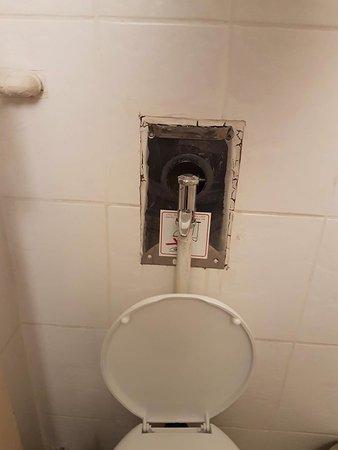 โรงแรมอาเรธูซา: Room 310 - badly patched up toilet flush