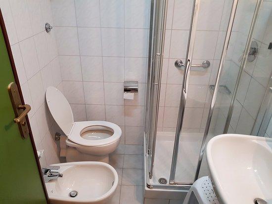 هوتل كارلتون إنترناشونال: Very small bathroom