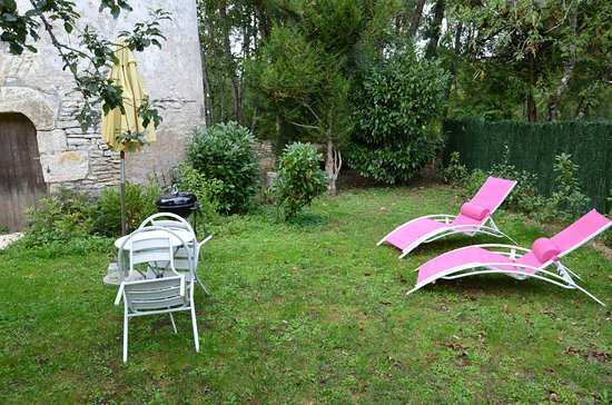 Nitry, France: Uteplatsen.