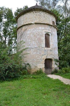 Nitry, France: Vid uteplatsen.