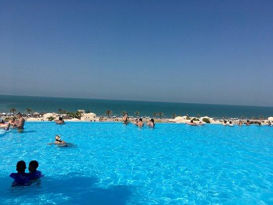 The Cove Rotana Resort Ras Al Khaimah: Main pool