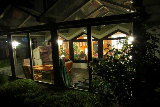 Hille, Germany: Auch von außen und am Abend ist das Hotel sehr ansehnlich.