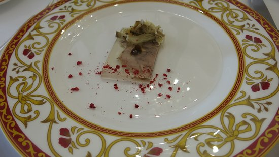 "Civitella del Tronto, İtalya: amuse bouche with a ""terrine"" of turkey, garnish dried raspberries"