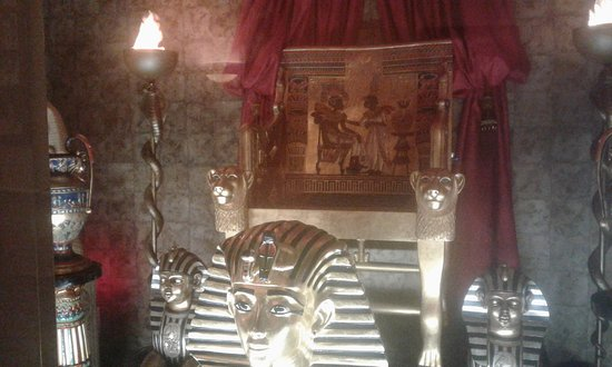 Bismarck, Dakota del Norte: A Pharoah's chair! Where did they get all of these egyptian statues, and items?