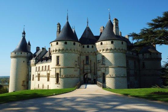 Domain of Chaumont-sur-Loire: LE PONT LEVIS EST BAISSé, Veuillez vous donner la peine d'entrer.