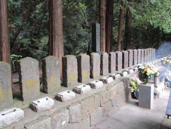 Byakkotai's Tomb: 花と線香が絶えない
