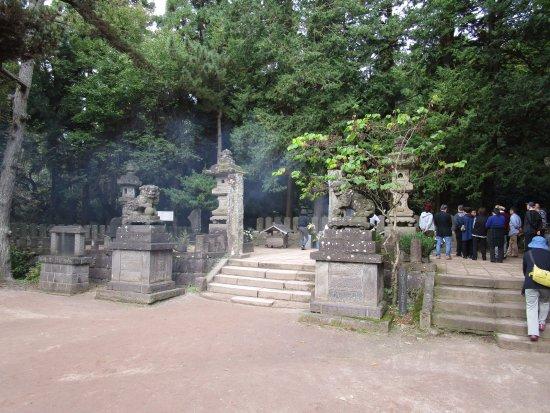 Byakkotai's Tomb: 花と線香が絶えない2