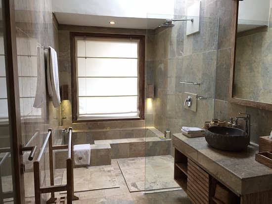 Grote Frisse Badkamer : Grote badkamer erg luxe picture of puri sunia resort ubud