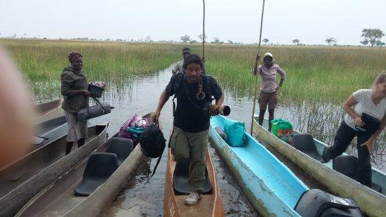 Maun, บอตสวานา: Subiendo a nuestras canoas