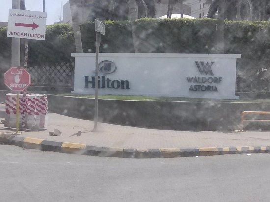 Jeddah Hilton: يقع فندق جدة هيلتون على شاطئ الشمالى من جدة على البحر وهذا موقع جيد  يوجد جميع الخدمات متوفر موا