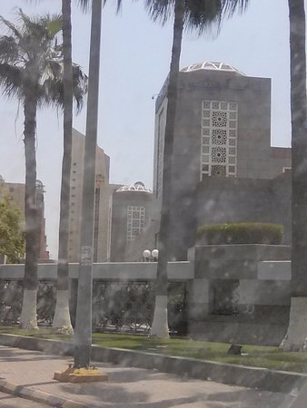 Jeddah Hilton: ناقص الفندق المساحة الكافية التى من خلفة وضيق الشوارع وخدمتة ممتازة وتوفر مكان للجلوس في الاستقب