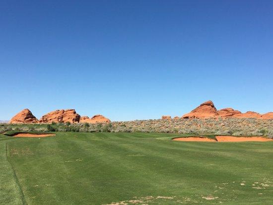 Hurricane, UT: Magnifique parcours de golf avec des trappes de sable rouge, les montagnes qui nous entourent no