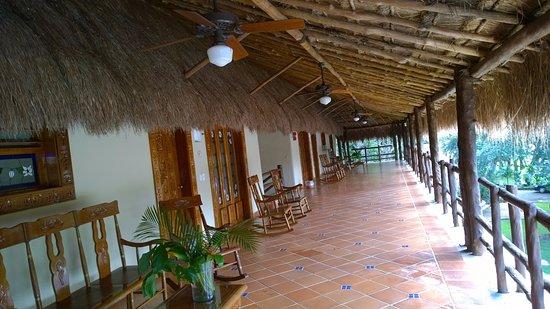 The Lodge at Uxmal: Pasillo para la habitación