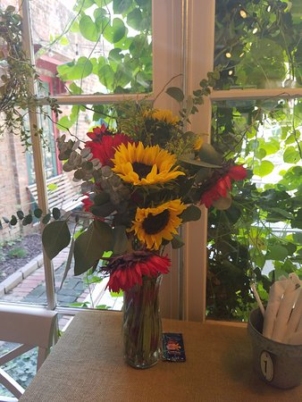 Alton, IL: Fresh Flowers daily on the tables!