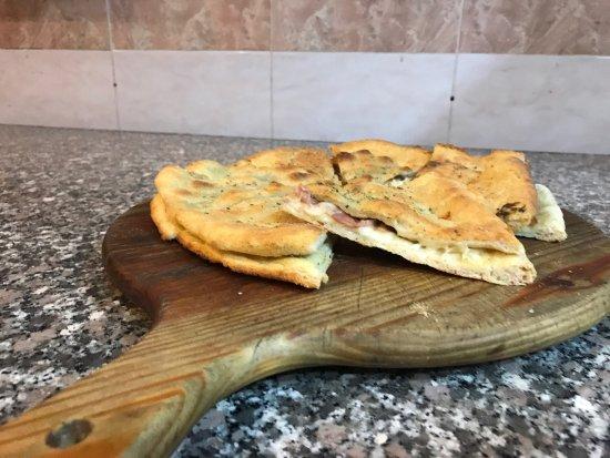 Burago di Molgora, Italien: Pizzolo.. mozzarella crudo e crema di tartufo..