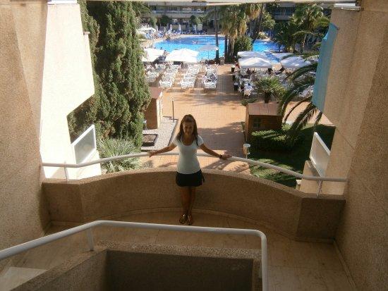 Hotel Ibersol Son Caliu Mar: Vistas a la piscina principal y Snack Bar desde las escaleras que van a las habitaciones.