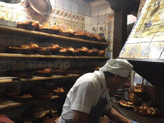 Sobrino de Botín: Entrando y saliendo del horno los cochinillos (Lechón)