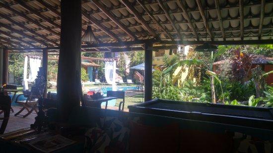 Pousada Raízes do Brasil: Foto tirada da área coberta onde servem o café da manhã, visualizando a área da piscina.