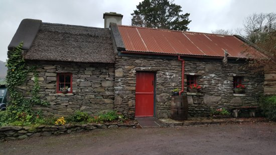 Kenmare, Irlanda: Side view of cottage.