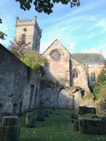 Culross, UK: Old Abbey grounds and church