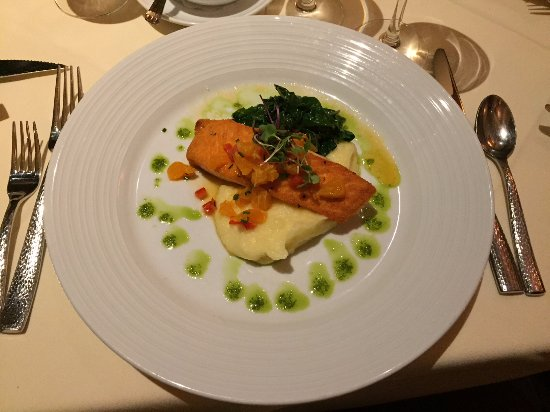 Tuolumne, Californie : Melt in your mouth salmon over a mashed potato bed with sautéed chard.  Delish!!!