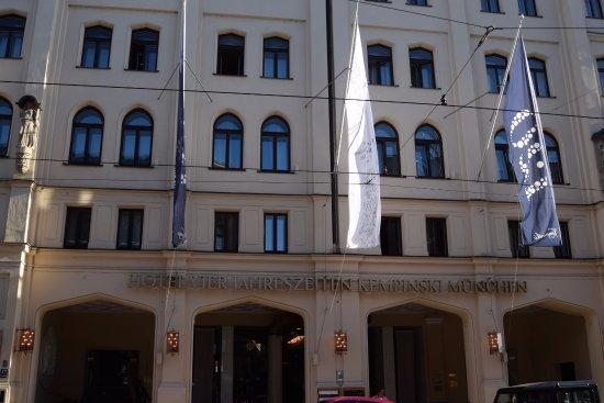 Hotel Vier Jahreszeiten Kempinski Munchen: Front Entrance