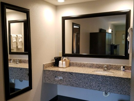 Best Western Cades Cove Inn: Vanity area with sink