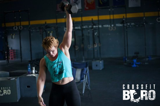 Statesboro, Джорджия: Heather doing a dumbbell snatch