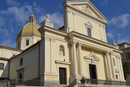 Ламеция-Терме, Италия: la chiesa e' spaziosa, ma l'architettura e' moderna perche' e' stata piu' volte terremotata e ri