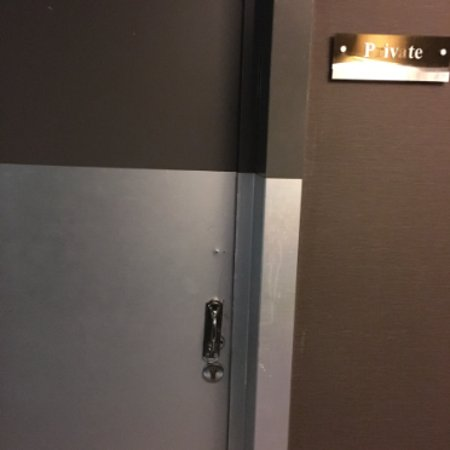 دبل تري باي هيلتون إسطنبول أولد تاون: This heavy metal door constantly banging, storage room used by staff day & night