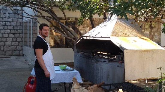 Затон, Хорватия: Our chef at his grill