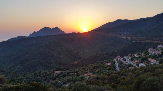Partinello, فرنسا: Village et coucher de soleil