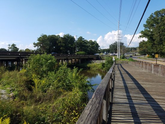 Daphne, AL: western walkway winds around