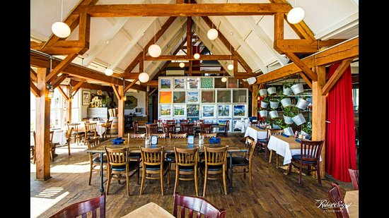 Hampton Bays, NY: Our main dining room is perfect for brunch, lunch, or dinner.