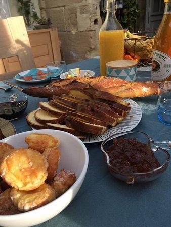 Ver-sur-Mer, فرنسا: Le petit déjeuner servi dans le véranda avec une belle vue sur le jardin